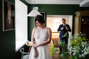 DIM45274 Первая встреча жениха и невесты в свадебный день.