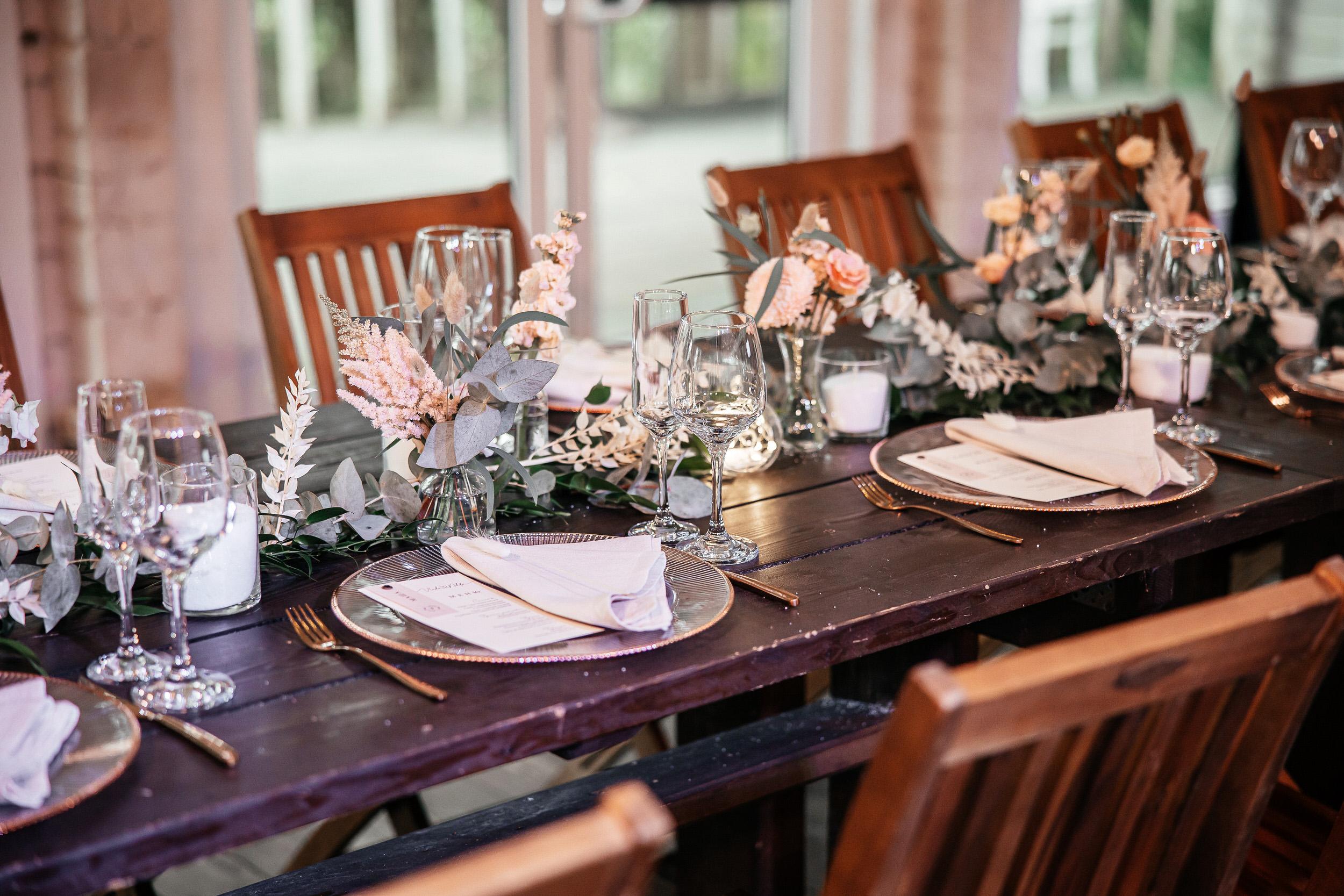 Оформление гостевых столов на свадьбе